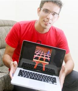 O ex-aluno Levi Fanan, exibindo a foto com a qual concorre ao prêmio