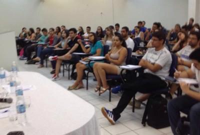 Professores e estudantes discutem cenários econômico e político no Brasil