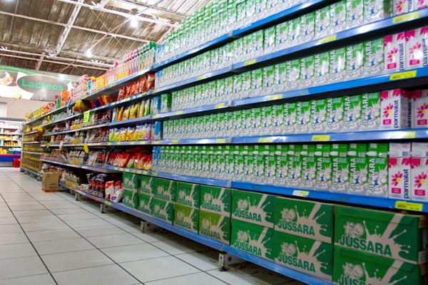 Litro do leite vendido a R$ 4,49: falta do produto e seca são apontados como motivos para o reajuste do alimento em Franca. Foto de: William Borges/Comércio da Franca