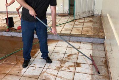 Funcionários, professores e estudantes ajudam na limpeza do Uni-FACEF após alagamento