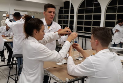 Estudantes do primeiro ano de Engenharia Civil participam de aula prática de química