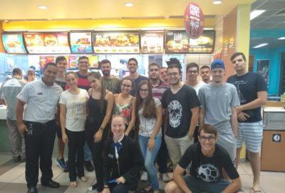 Estudantes de Engenharia de Produção visitam McDonald's para análise do arranjo físico