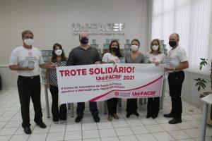 Suplementos alimentares arrecadados no Trote Solidário Uni-FACEF são entregues ao Centro de Voluntários da Saúde de Franca